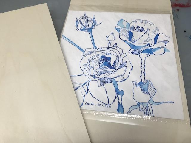 Susanne verpackt die blaue Rose für Pit (c) VG Bild-Kunst, Bonn 2020